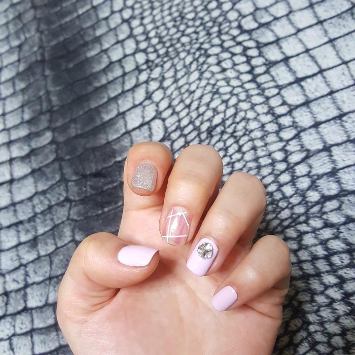 paznokcie różowe z diamentem