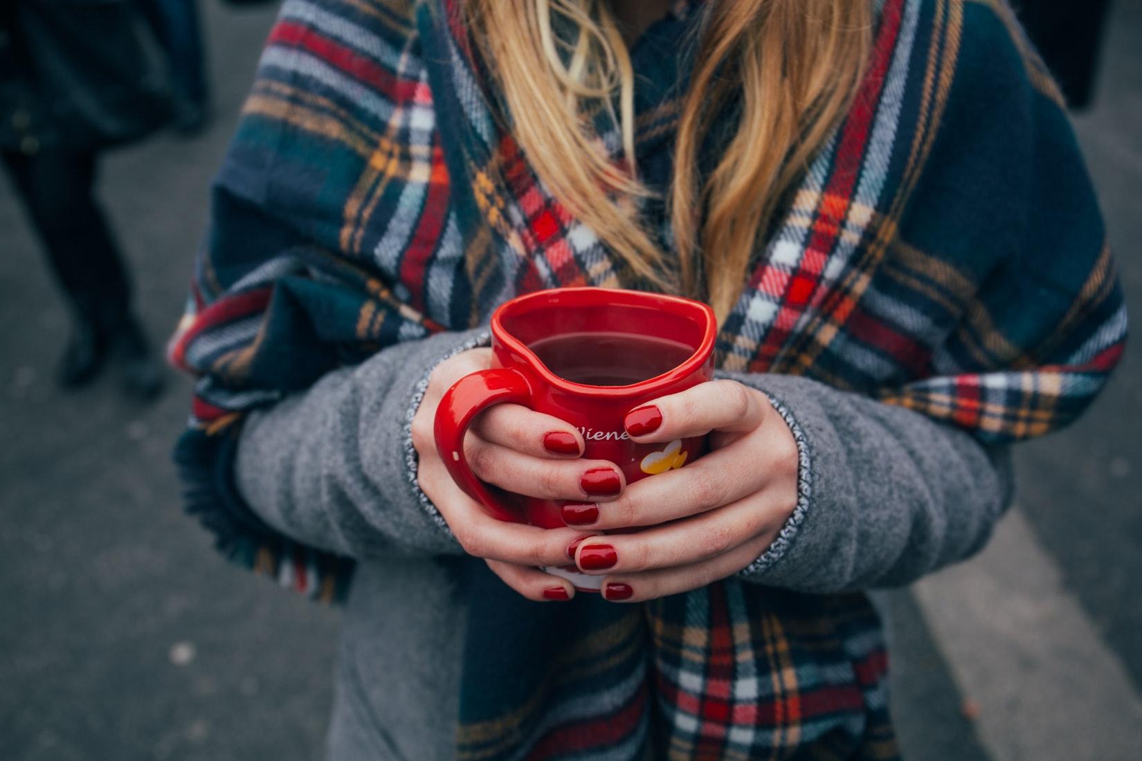 Paznokcie hybrydowe imitujące sweterek – czy warto?