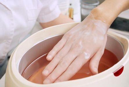Jak wygląda przebieg zabiegu z wykorzystaniem parafiny na dłonie?